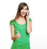 El hablar feliz del teléfono móvil de la mujer de la sonrisa Imagen de archivo