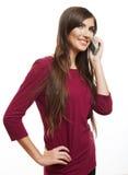 El hablar feliz del teléfono móvil de la mujer de la sonrisa Foto de archivo libre de regalías