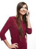 El hablar feliz del teléfono móvil de la mujer de la sonrisa Foto de archivo