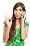 El hablar feliz del teléfono móvil de la mujer de la sonrisa Fotografía de archivo libre de regalías