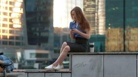 El hablar feliz joven en el teléfono móvil en la ciudad metrajes