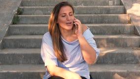 El hablar femenino en su teléfono móvil metrajes