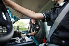 El hablar interior de la ambulancia en radio Foto de archivo libre de regalías