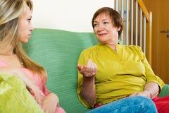 El hablar maduro serio de la madre y de la hija imágenes de archivo libres de regalías