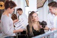 El hablar modelo profesional con el fotógrafo imagenes de archivo