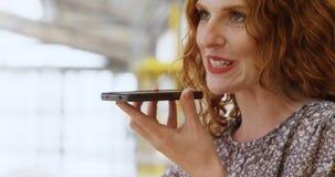 El hablar ocupado de la mujer en el teléfono móvil 4k metrajes