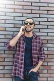 El hablar por el teléfono E imagen de archivo libre de regalías