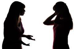El hablar que intenta sino el adolescente de la mamá de la silueta no quiere escuchar Imagenes de archivo