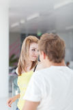 El hablar/que liga de dos estudiantes universitarios en campus Imagen de archivo libre de regalías