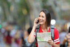 El hablar turístico adolescente en el teléfono en la calle Fotografía de archivo