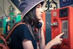 El hablar turístico joven en el teléfono Imagen de archivo libre de regalías