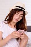 El hablar y charla adolescentes asiáticos con el teléfono móvil Imágenes de archivo libres de regalías