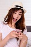 El hablar y charla adolescentes asiáticos con el teléfono móvil Fotos de archivo