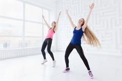 El hacer apto de las mujeres jovenes ejercicios cardiios Imagenes de archivo