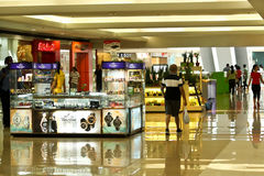 El hacer compras atasca en una alameda en SM Megamall, Filipinas Fotos de archivo