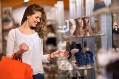 El hacer compras atractivo sonriente de las mujeres jovenes Imagen de archivo libre de regalías