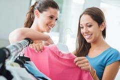 El hacer compras bonito de las adolescencias Foto de archivo libre de regalías