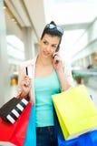El hacer compras con con la tarjeta de crédito Foto de archivo libre de regalías