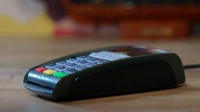 El hacer compras con de la tarjeta de crédito Mano con el golpe fuerte de la tarjeta de crédito a través del terminal almacen de video