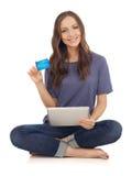 El hacer compras con de la tarjeta de crédito Imagen de archivo libre de regalías