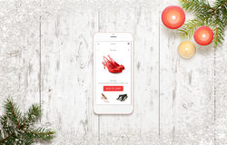 El hacer compras con el teléfono elegante durante tiempo de la Navidad Imagen de archivo libre de regalías