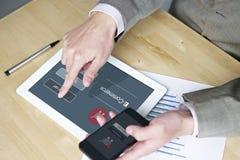 El hacer compras con el teléfono móvil y la tableta Imagenes de archivo