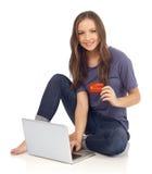 El hacer compras con la tarjeta de crédito en línea Imagen de archivo