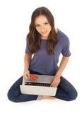El hacer compras con la tarjeta de crédito en línea Imágenes de archivo libres de regalías