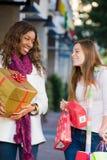 El hacer compras de dos amigos de las mujeres Foto de archivo libre de regalías