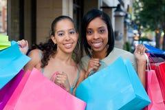 El hacer compras de dos amigos de las mujeres Imágenes de archivo libres de regalías