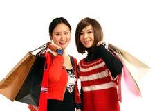 El hacer compras de dos muchachas imagen de archivo libre de regalías