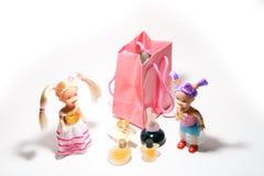 El hacer compras de dos muchachas Fotografía de archivo libre de regalías