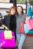 El hacer compras de dos mujeres Imagenes de archivo