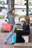 El hacer compras de dos mujeres Foto de archivo