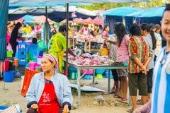 El hacer compras de la gente Foto de archivo libre de regalías