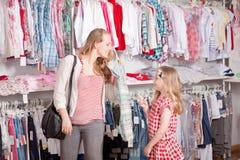 El hacer compras de la ropa Imagenes de archivo