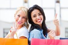 El hacer compras de las muchachas Fotografía de archivo
