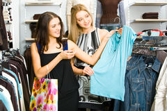 El hacer compras de las muchachas Foto de archivo libre de regalías