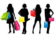 El hacer compras de las muchachas de la silueta