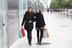 El hacer compras de las mujeres Fotografía de archivo libre de regalías
