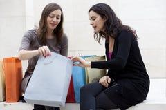 El hacer compras de las mujeres Fotos de archivo libres de regalías