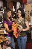El hacer compras de las mujeres jovenes Imágenes de archivo libres de regalías