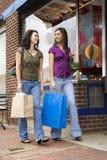 El hacer compras de las mujeres jovenes Foto de archivo libre de regalías