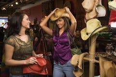 El hacer compras de las mujeres jovenes Fotos de archivo libres de regalías