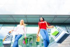 El hacer compras de las mujeres jovenes Fotografía de archivo libre de regalías