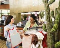 El hacer compras de los amigos. foto de archivo