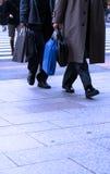 El hacer compras de los hombres de negocios Imagen de archivo