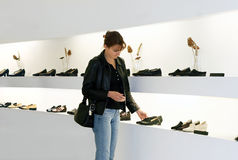 El hacer compras de los zapatos fotografía de archivo