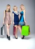 El hacer compras de tres chicas jóvenes Foto de archivo libre de regalías