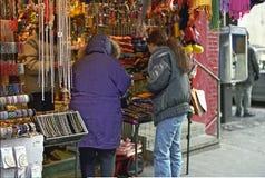 El hacer compras en Chinatown Foto de archivo libre de regalías
